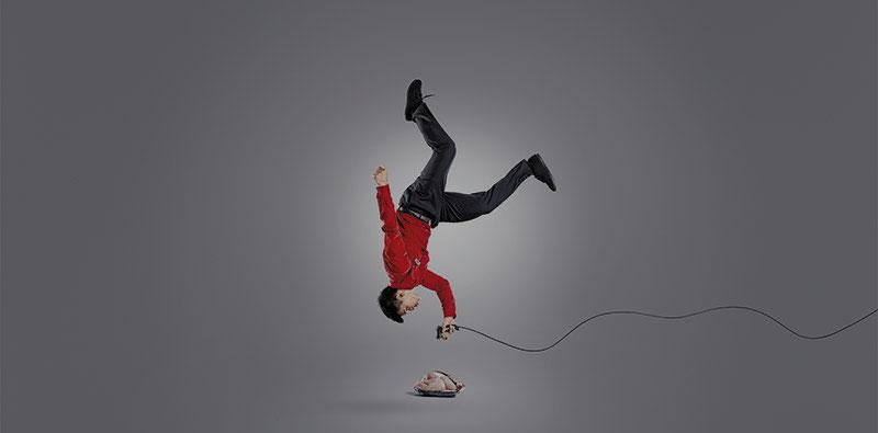 летящ мъж сканира баркода на охладено пиле