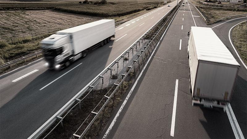 транспортни камиони се разминават на автомагистрала